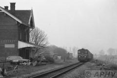 aphv-1032-19118-23-3-1983-ns-2200-met-gdr-passerd-voormalig-station-van-echteld