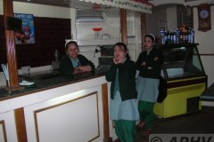 aphv-1308-dscn2077-17-12-2005-darjeeling-restaurant-en-personeel