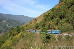 aphv-2455-dscn2012-half-way-diseasel-pulling-a-train-down-darjeeling-line-15-12-2004-aphv
