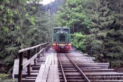aphv-292-vygoda-bosspoorlijn-karpaten-km24-myndunok-solotvynskyj-ty4-1695-brug--4-6-2004