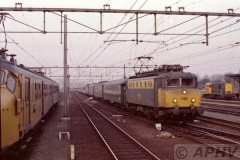 aphv-431-02149-roosendaal-ns1126-arrives-inroosendaal-with-d286-to-paris-with-a-15-coach-train-27-februar-1981
