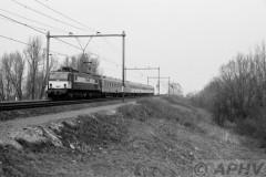 aphv-1038-19100-17-3-1984-ns-1502-met-icr-rijtuigen-als-ic-2512-moerdijkbrug