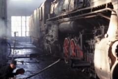 aphv-1124-011204-china-changan-depot-binnen-qj-met-lasser-4-12-2001