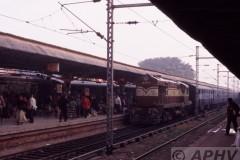 aphv-2010-051219-kolkata-sealda-rly-station-17845-arriving-by-train