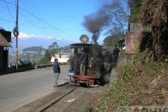 aphv-2460-dscn2066-17-12-2005-between-darjeeling-and-ghoom-loc-779-takes-water-mnt-kanchenjunga