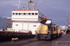 aphv-477-rotterdam-ns-6451-en-6400-rijnhaven-naast-russische-coaster-4-9-2002