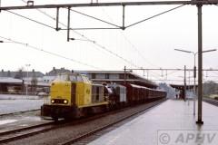 aphv-875-15637--23-11-1982-ns-2530-met-sproeitrein-en-leeg-mat-bergen-op-zoom-spoor-1--
